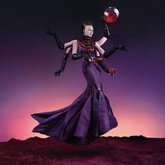 Aliens - April  Als außerirdische Göttin hält Milla die Erde in der einen Hand, einen Campari in der anderen. Der  Beweis für eine