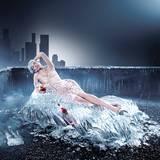 Glacial era - September                                                 Milla lehnt sich verführerisch mit einem Glas Campari zurück, eingeschlossen in ein fließenden                                                 Kleid aus