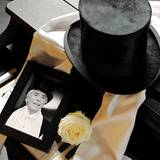Der Entertainer verstirbt am 24. Dezember an den Folgen eines schweren Hirnschlags. Er wird 108 Jahre alt.
