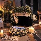 Weiße Rosenblätter, Kerzen und viele Blumenkränze sind um den Sarg aufgestellt, um dem verstorbenen Johannes Heesters zu Gedenke