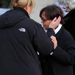 Die Tränen können jetzt nicht mehr zurückgehalten werden. Heesters Enkelin Saskia Fischer steht stützend zur Seite.