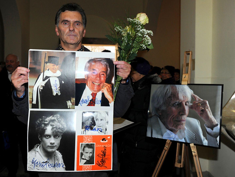 Viele Fans Gedenken dem Entertainer mit liebevoll gestalteten Plakaten.
