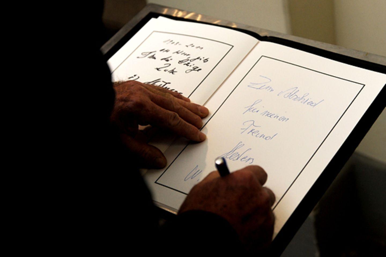 Fans, Freunde und Familie können sich in das ausliegende Kondolenzbuch eintragen.
