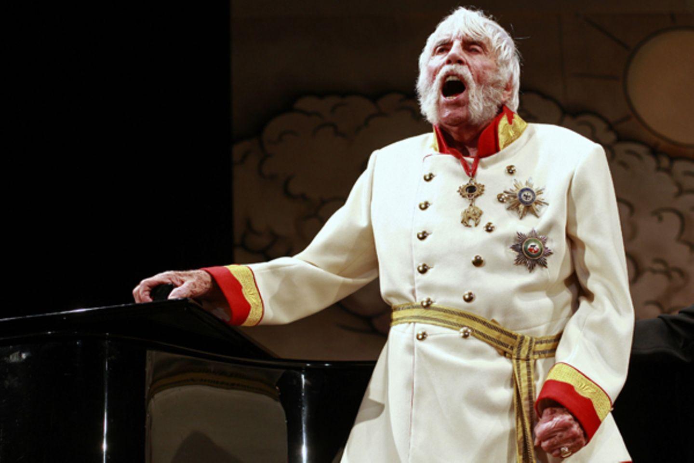 """Auf die Bühne zieht es ihn trotzdem immer wieder: Noch im Alter von 105 Jahren spielt im dem Stück  """"Im weißen Rössl"""" mit."""