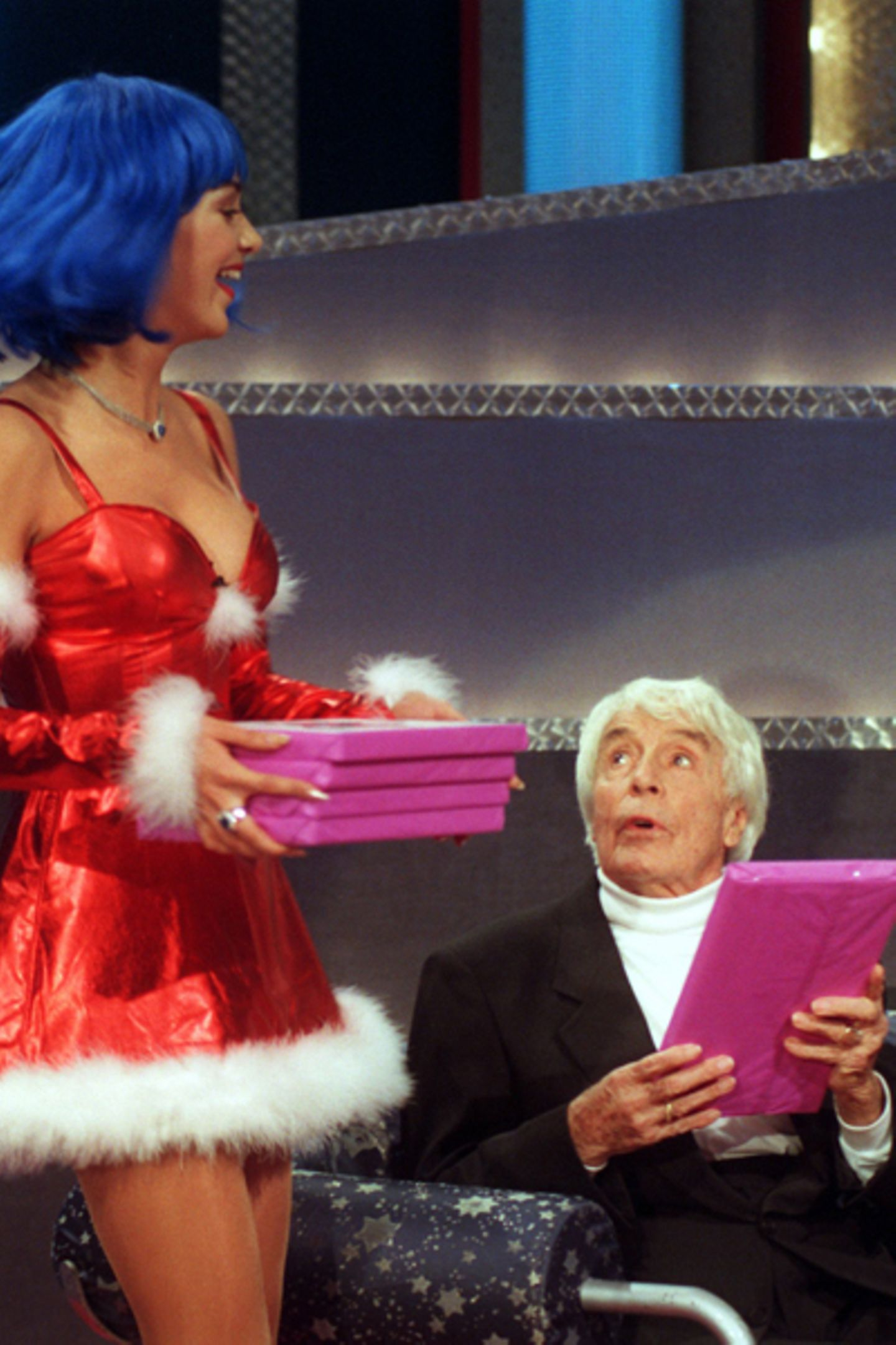 """Als weiblicher Nikolaus verkleidet überreicht Verona Pooth (damals noch Feldbusch) bei """"Wetten daß...?"""" anlässlich seines 95. Ge"""