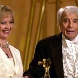 Aus den Händen seiner einstigen Filmpartnerin Liselotte Pulver bekommt Johannes Heesters im Februar 2002 die Goldene Kamera als