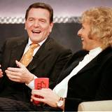 """21. Februar 1999: Gerhard Schröder ist der erste deutsche Bundeskanzler, der """"Wetten, dass..?"""" besucht."""