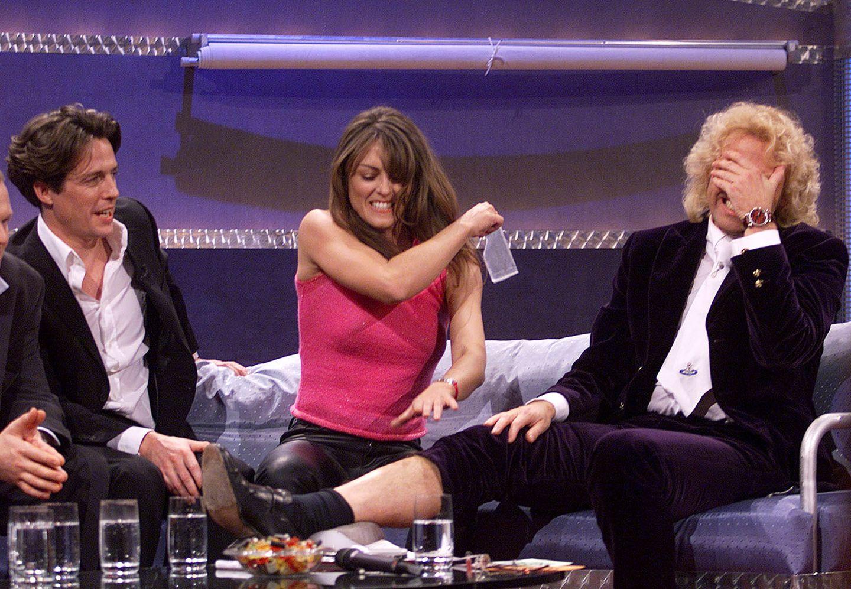 17. Oktober 1999: Schmerzhaft: Liz Hurley wachst Thomas Gottschalk nach einer verlorenen Wette die Beine.