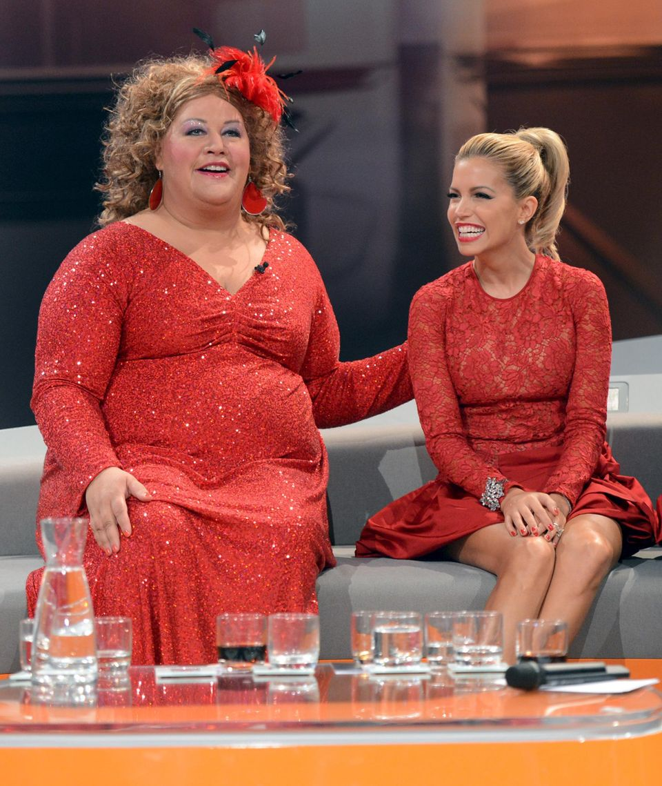 06. Oktober 2012  Cindy aus Marzahn unterstützt Markus Lanz als Assistentin und zeigt sich oft in auffälligen Outfits. Hier ausnahmsweise eher zurückhaltend im Partner-Look mit Sylvie Meis.
