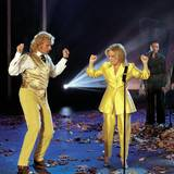 """7. November 1998  Fast in Partner-Look tritt Thomas Gottschalk mit Bette Midler zu ihrem Song """"Pas de Deux"""" in Linz auf."""
