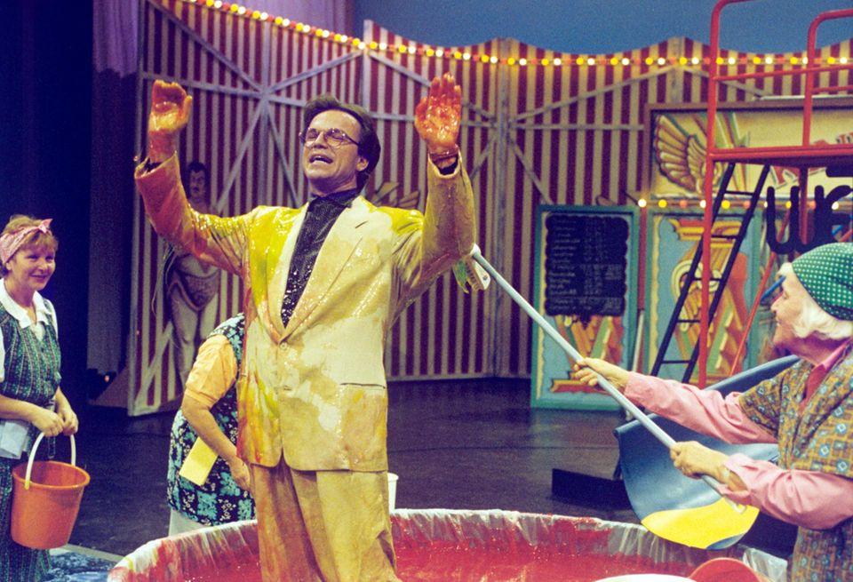 """18. September 1993: 1992 übernimmt Wolfgang Lippert die Moderation von """"Wetten, dass..?"""", nachdem Thomas Gottschalk zu RTL wechselt. Auf Grund von schlechten Quoten kehrt Gottschalk nach 9 Folgen auf den Bildschirm der ZDF-Zuschauer zurück."""