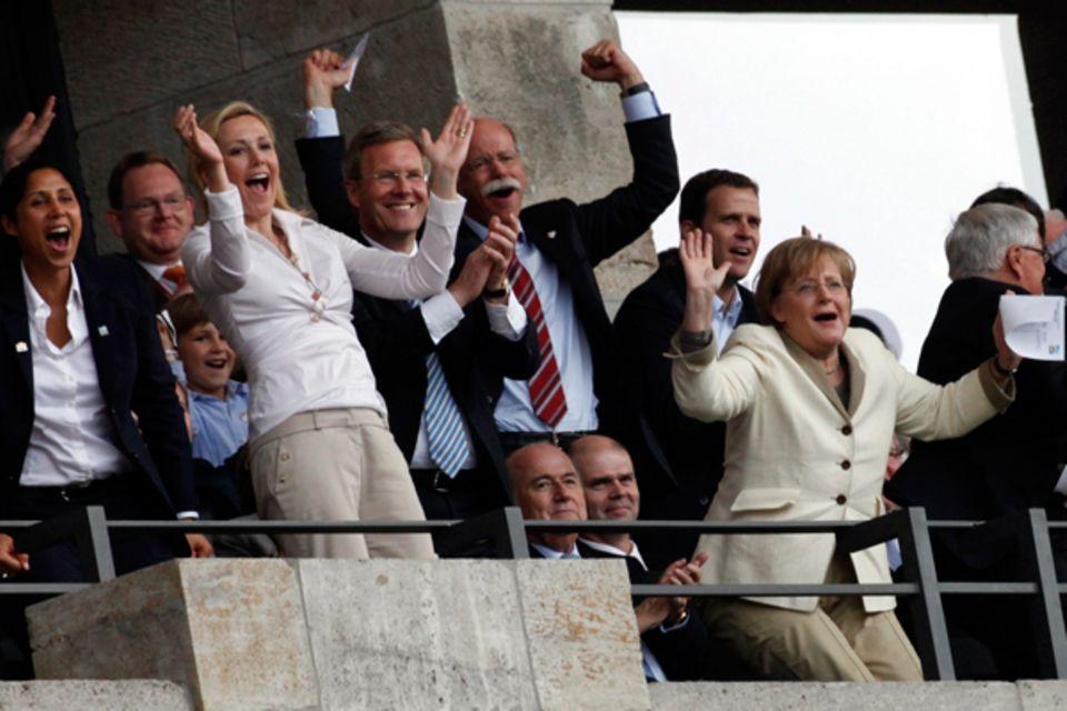 26. Juni 2011: Jubel im Berliner Olympiastadion zum Auftaktsieg der deutschen Fußballfrauen gegen Kanada: Steffi Jones, Bundespr