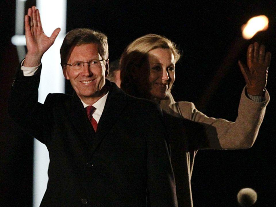 Ein letztes Lächeln: Christian und Bettina Wulff nehmen Abschied beim traditionellen Zapfenstreich.