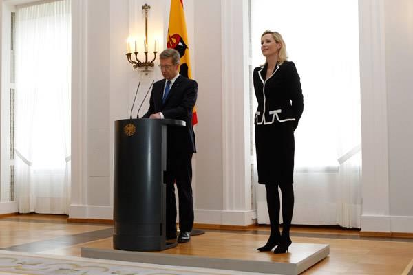 17. Febnruar 2012: Um 11 Uhr verkündet Christian Wulff seinen Rücktritt vom Amt des Bundespräsidenten. Unterstützend neben ihm s