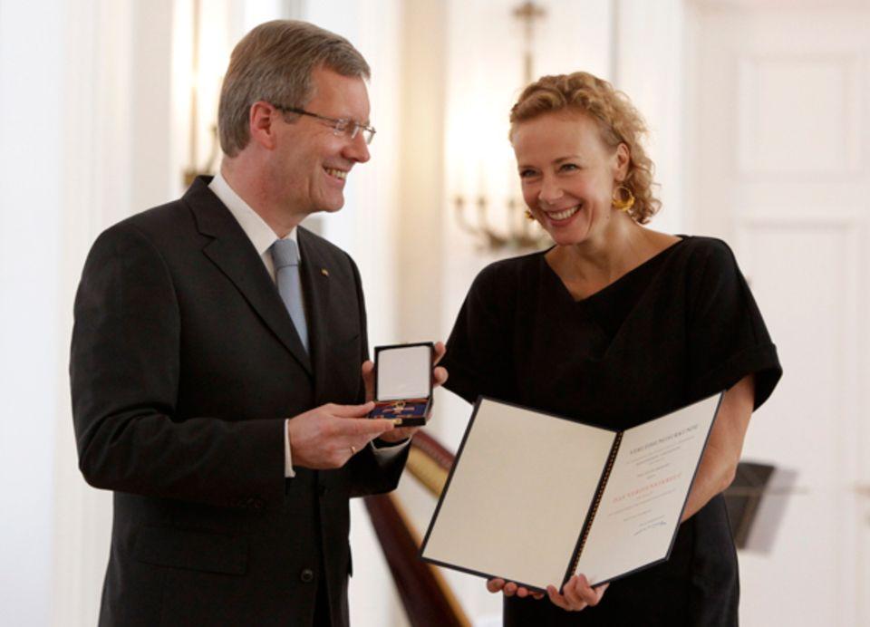 4. Oktober 2010: Katja Riemann erhält für ihren Einsatz gegen Kinderarmut und Kinderhandel das Bundesverdienstkreuz von Bundespr