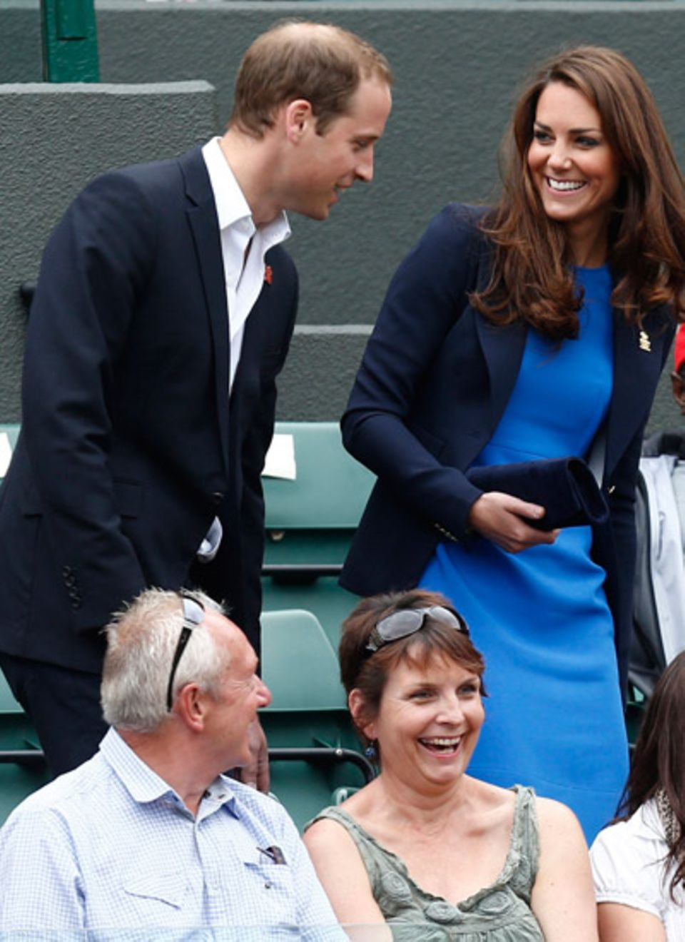 2. August 2012: Prinz William und Herzogin Catherine nehmen ihre Plätze am Spielfeldrand ein. Das royale Pärchen schaut sich das