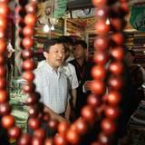 28. Juni 2012: Japans Kronprinz Naruhito ist auf Staatsbesuch in Kambodscha und besucht den Markt in Siem Reap.