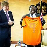 29. November 2012: Ein Gastgeschenk für den Prime Minister von Kenia: Prinz Willem-Alexander übergibt Raila Odinga ein Fußballtr