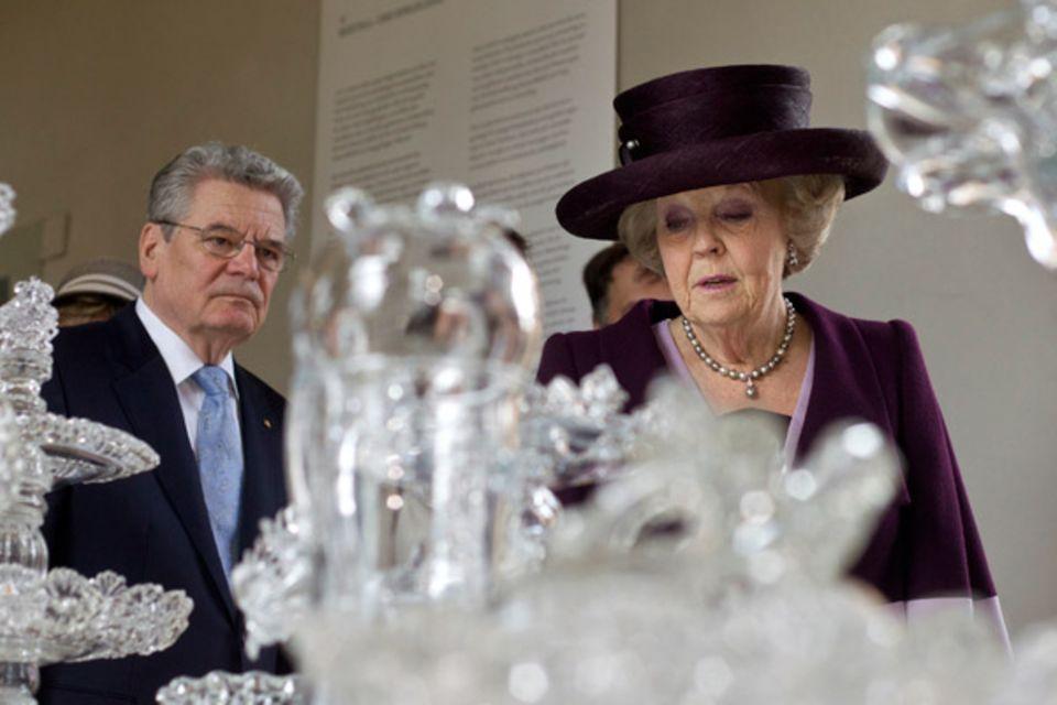 """25. April 2012: Bundespräsident Joachim Gauck und Königin Beatrix der Niederlande eröffnen die Ausstellung """"Dutch Design - Huis"""