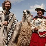 17. Oktober 2012: Königin Sofia besucht das bolivianische Tiwanaku und macht Bekanntschaft mit einem Lama.