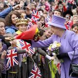 """2. Mai 2012: Queen Elizabeth wird bei ihrem Besuch des """"Nine Springs Park"""" in Yeovil, England umjubelt."""