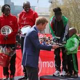22. April 2012: Prinz Harry ehrt die Gewinner des London Marathons.