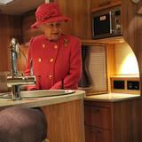 22. November 2012: Die Queen schaut sich während ihres Besuchs in Bristol in einer Wohnwagen-Manufaktur um und inspiziert das In