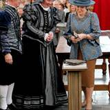31. März 2012: Königin Beatrix schwingt den Hammer zur Wiedereröffnung des historischen Museums im niederländischen Brielle.