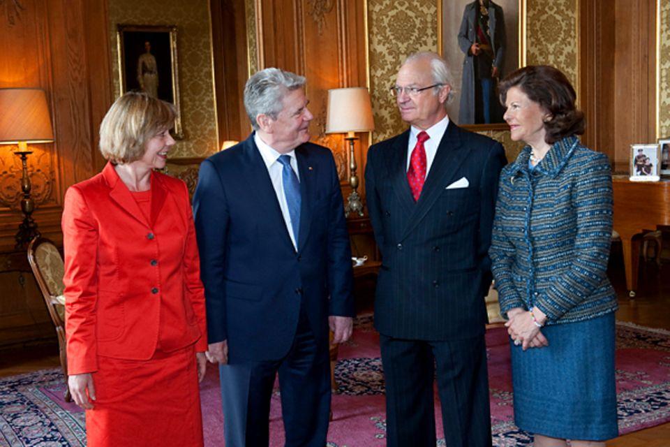 4. Mai 2012: Königin Silvia und König Carl Gustaf nehmen Bundespräsident Joachim Gauck und seine Lebensgefährtin Daniela Schadt