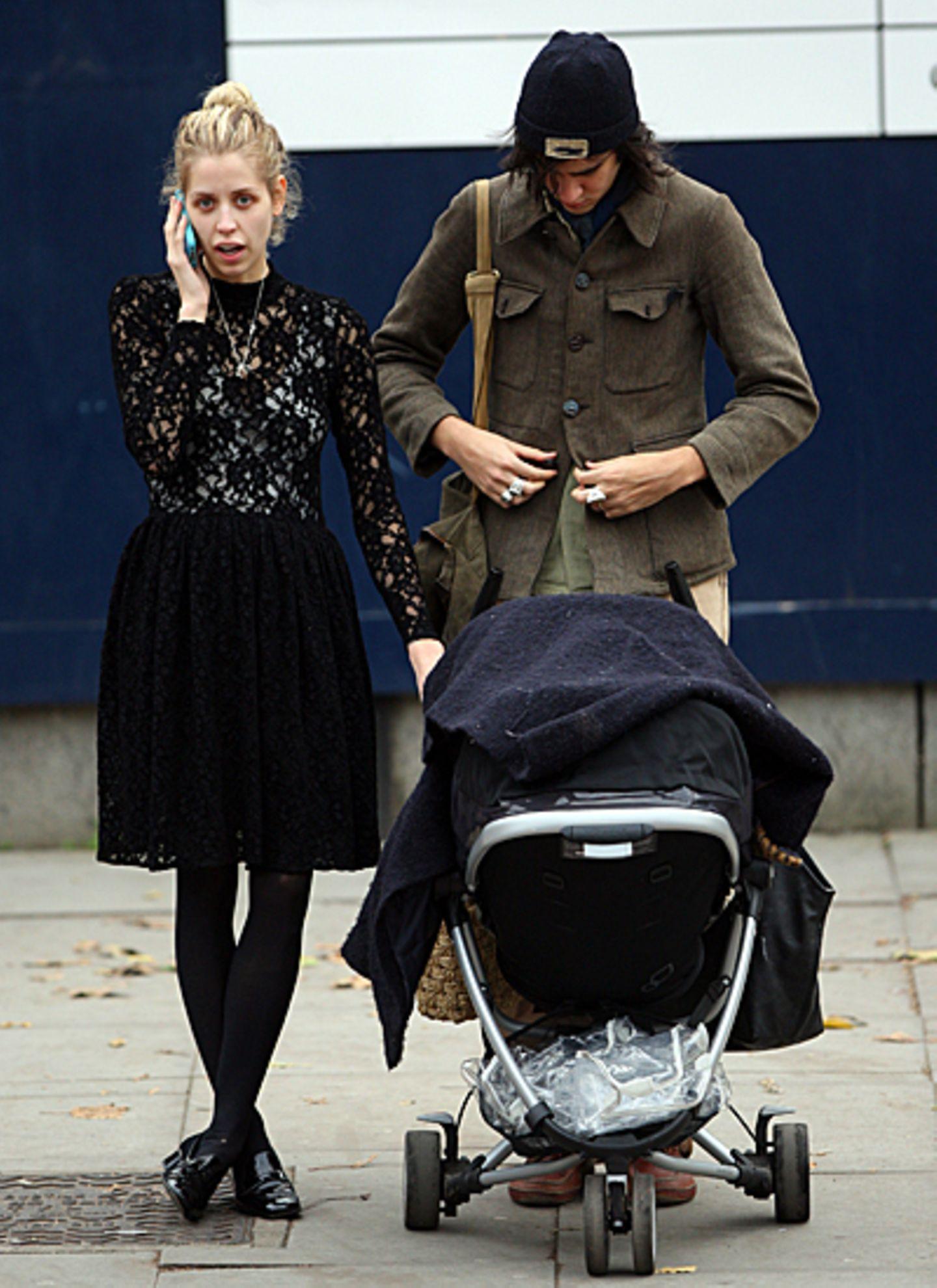 13. November 2012: Peaches Geldof ist mit ihrem Mann Thomas Cohen und Söhnchen Astala (natürlich im Kinderwagen) in London unter