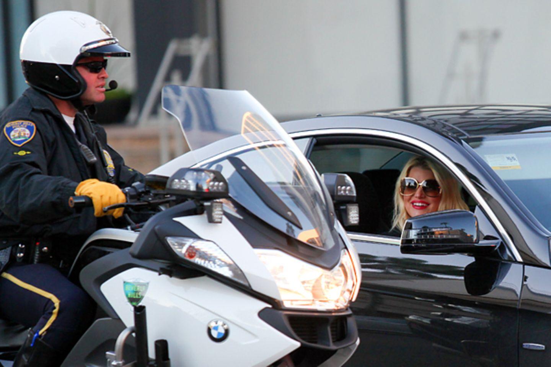 10. Dezember 2012: In Berverly Hills flirtet Jessica Simpson durchs Autofenster mit einem Verkehrs-Polizsiten.