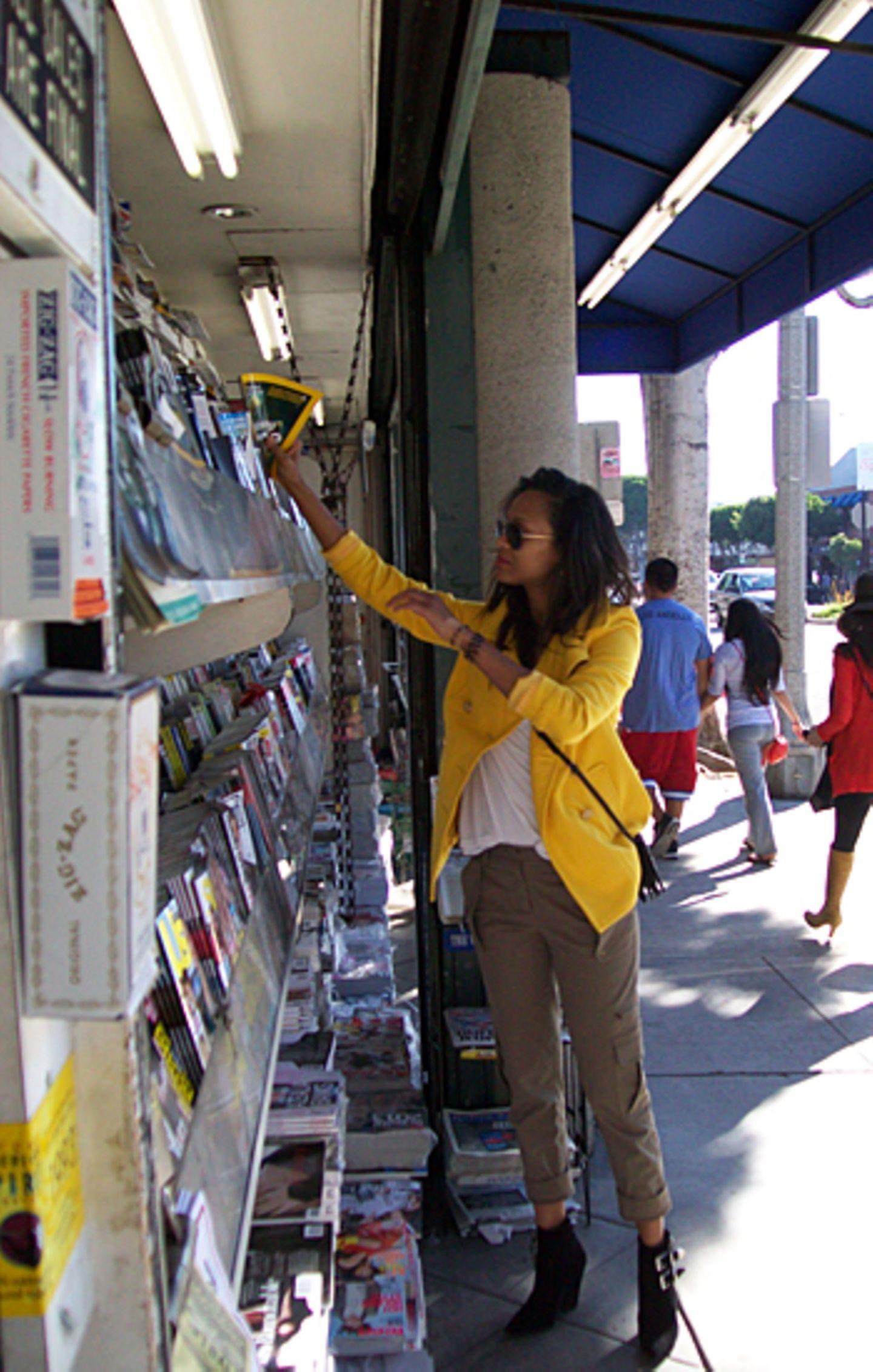 Zoe Saldana wirft einen genaueren Blick auf die Zeitschriften an einem Stand in Los Angeles.