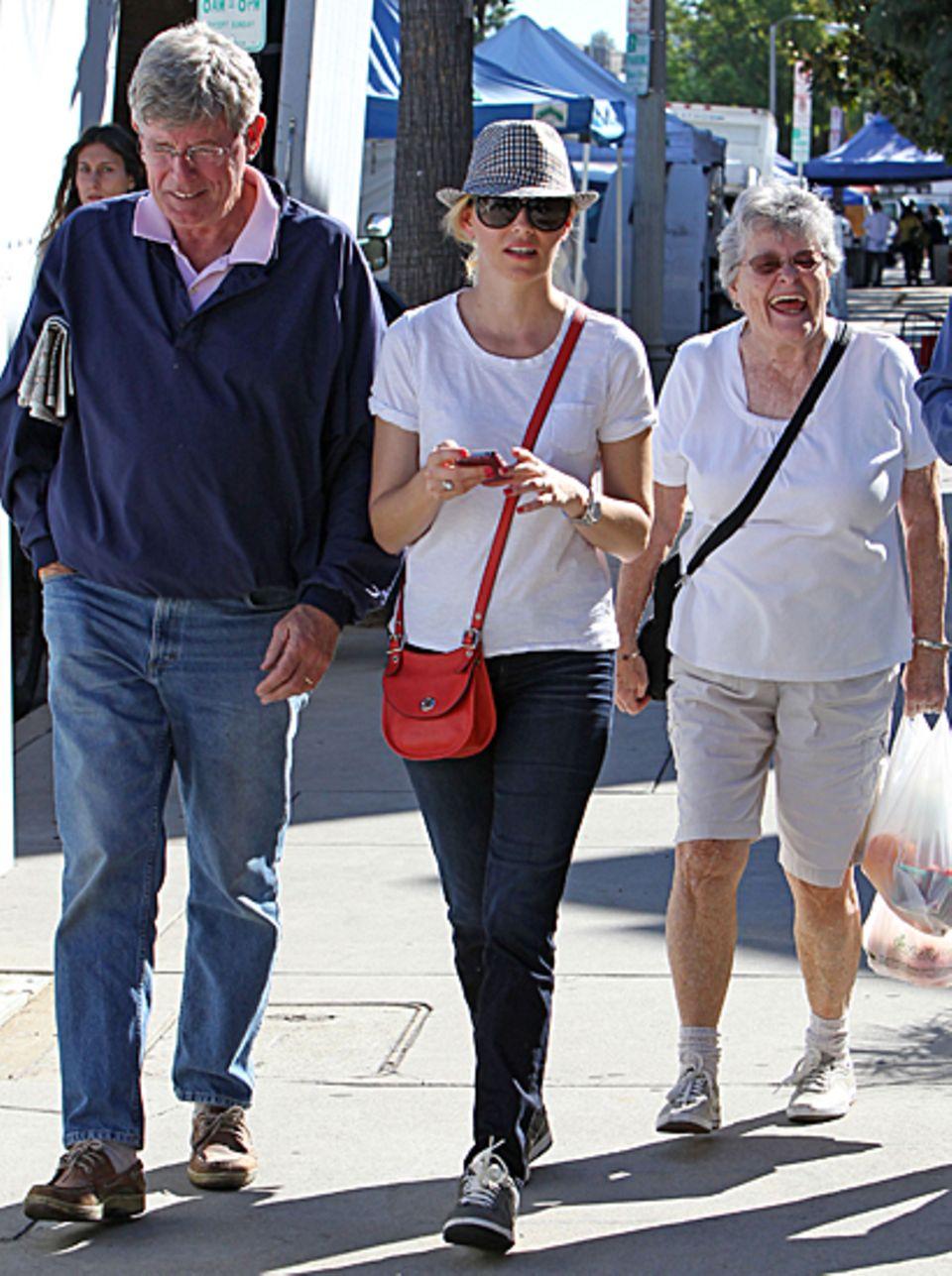 4. November 2012: Elizabeth Banks macht mit ihren Eltern einen Streifzug über den Bauernmarkt in Los Angeles.