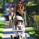 29. Oktober 2012: Alessandra Ambrosio macht mit Söhnchen Noah einen Streifzug durch Brentwood.