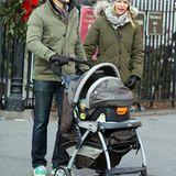 23. Dezember 2012: Claire Danes und ihr Mann Hugh Dancy gehen mit ihre neugeborenen Sohn Cyrus Michael Christopher im West Villa