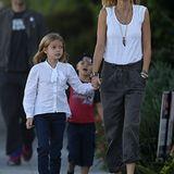 26. Oktober 2012: Gwyneth Paltrow und Chris Martin (im Hintergrund) spazieren mit ihren Kindern Apple und Moses durchs kaliforni