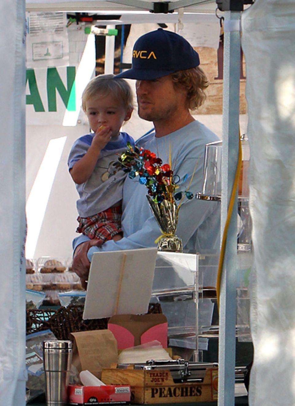 14. Oktober 2012: Owen Wilson und sein Sohn sehen sich auf dem Farmer's Market in Malibu um.