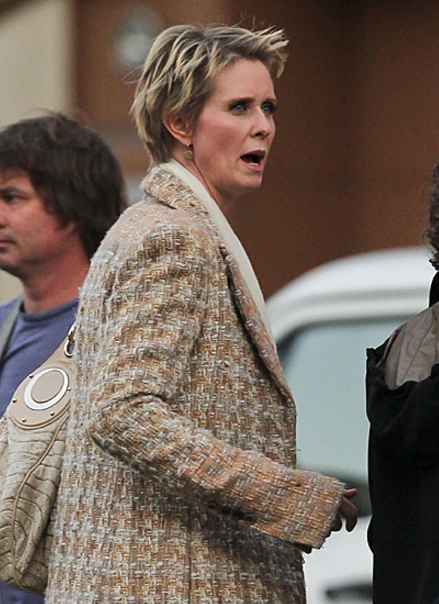 22. Oktober 2012: Cynthia Nixon versucht in New York ein Taxi zu bekommen.