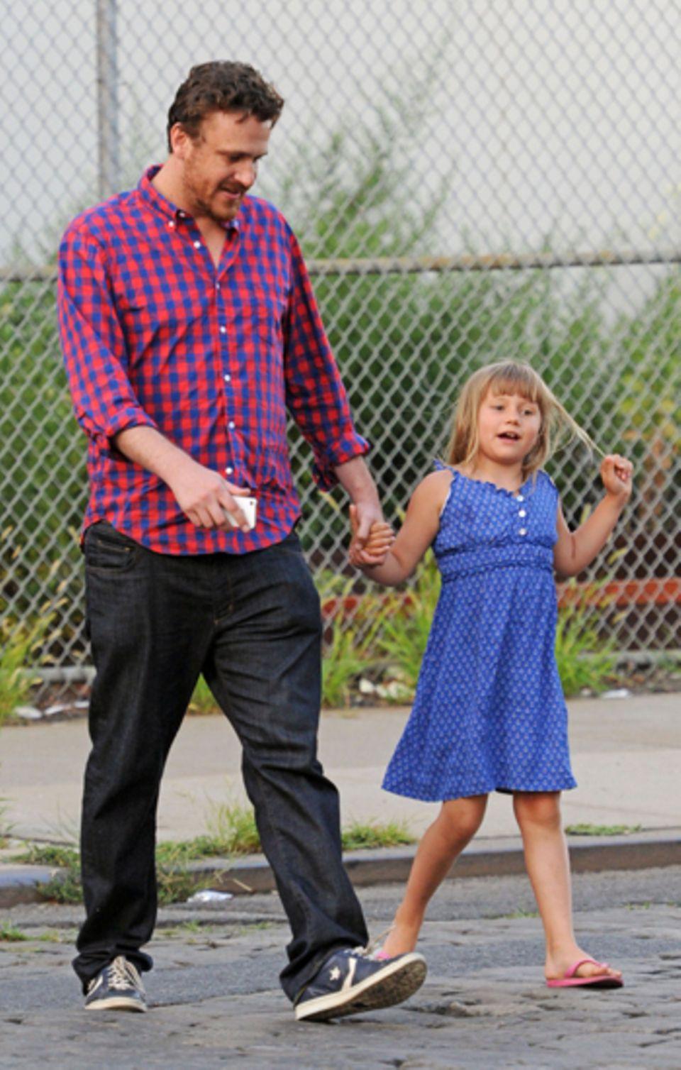 11. Juli 2012: Jason Segel geht mit Matilda Ledger, Tochter seiner Freundin Michelle Williams, in New York City spazieren.