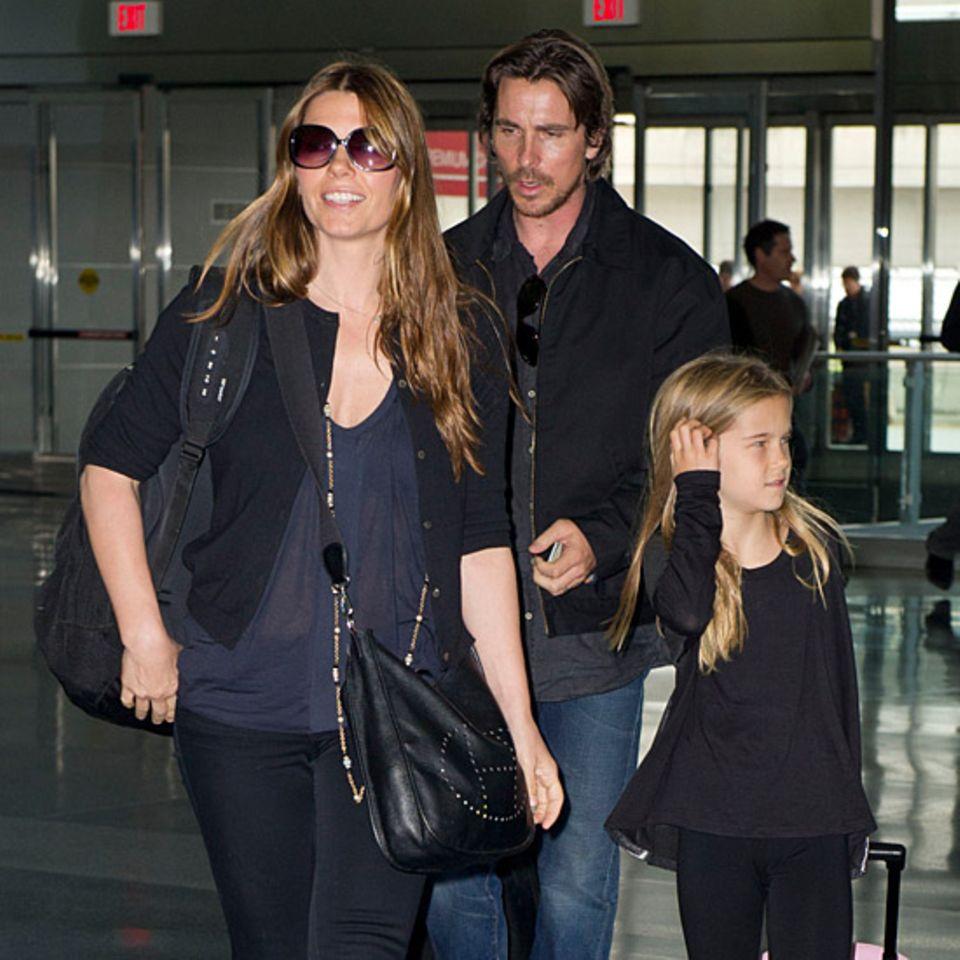 25. Oktober 2012: Christian Bale, seine Frau Sibi Blazic und Tochter Emmeline sind auf dem New Yorker Flughafen JFK zu ihrem Gat