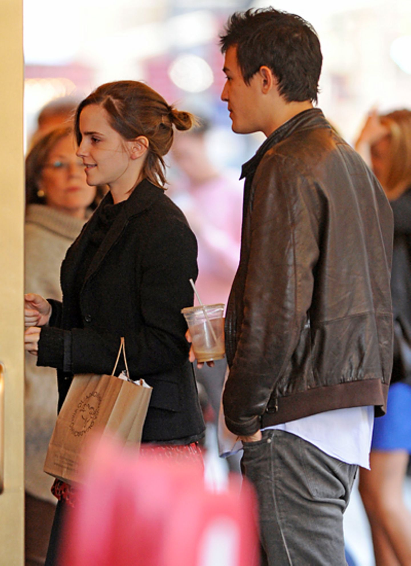 """21. Oktober 2012: Emma Watson und Will Adamowicz besuchen das """"Walter Kerr Theatre"""" in New York."""