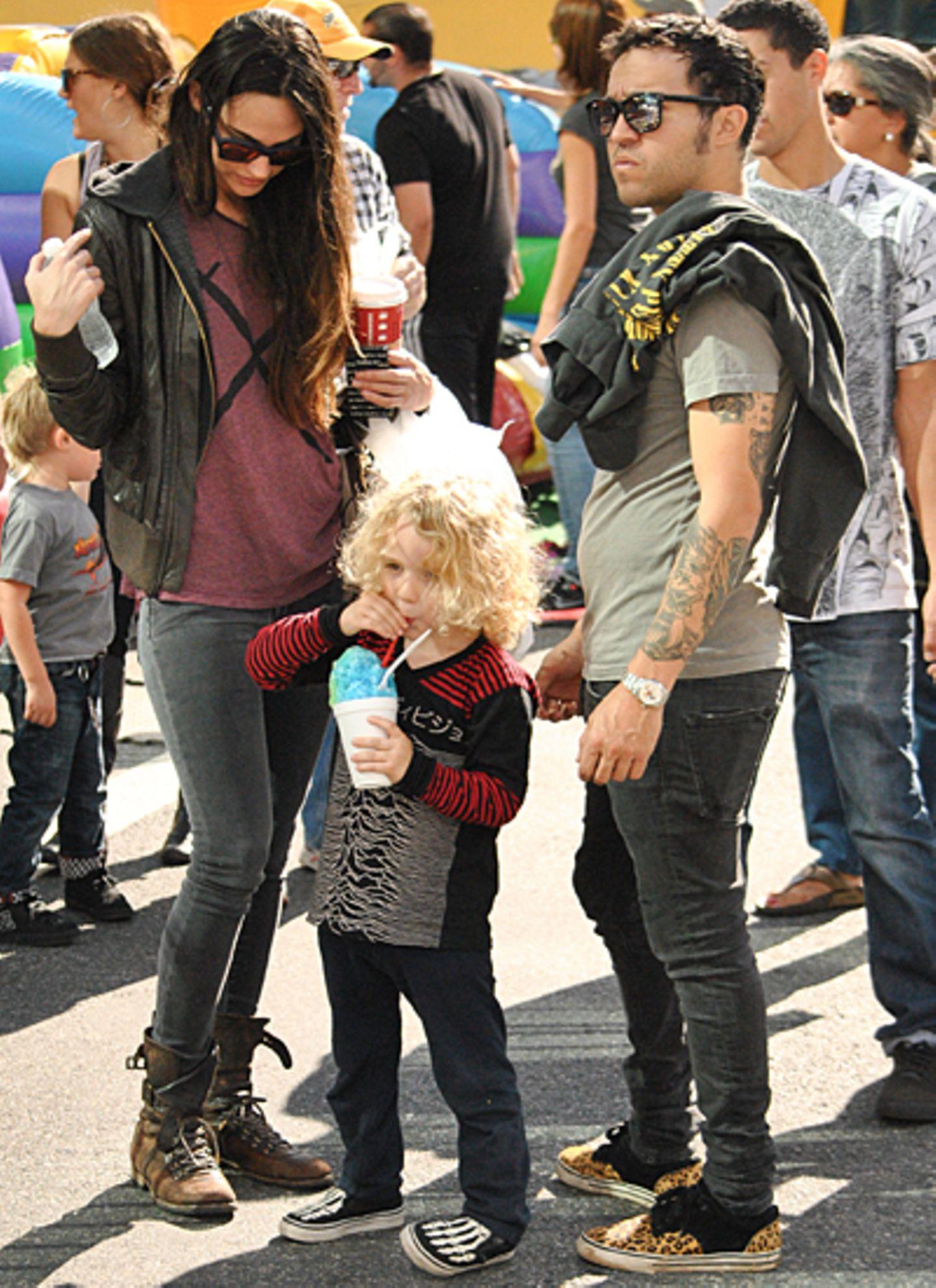 18. November 2012: Pete Wentz und seine Freundin Meagan Camper verbringen mit Petes Sohn Bronx einen Nachmittag auf dem Farmers