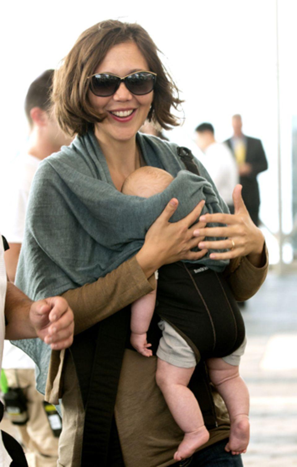 31. Juli 2012: Den Trubel um sie herum bekommt die kleine Gloria Ray gar nicht mit. Sie hängt lieber vor Mamas Bauch und schläft