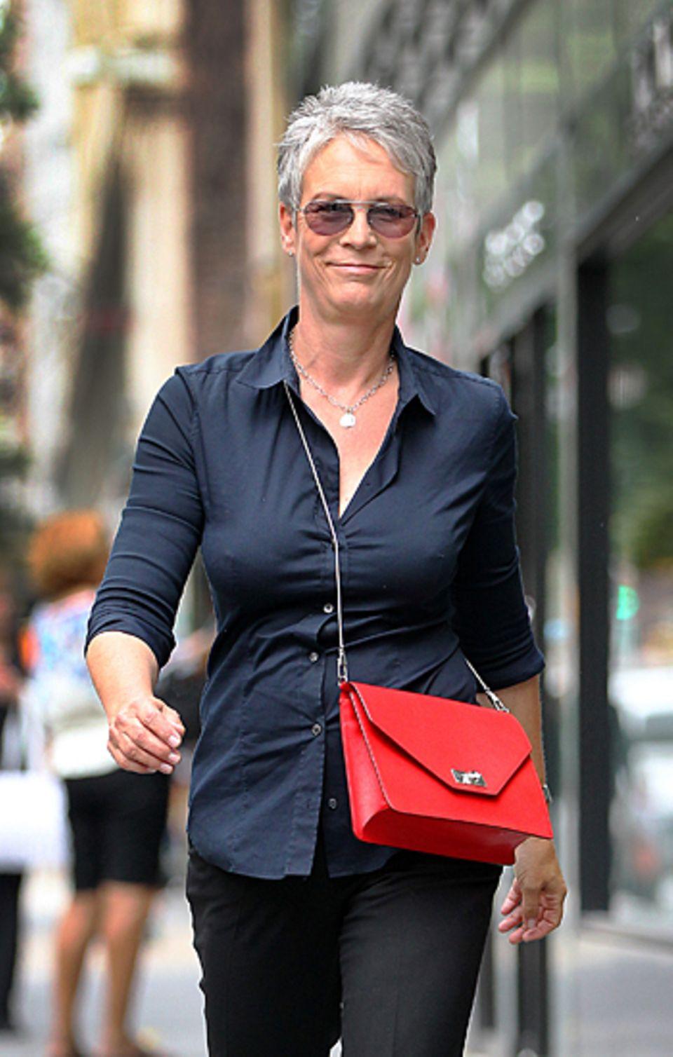 4. September 20123: Jamie Lee Curtis spaziert in Manhattan die Madison Avenue entlang.
