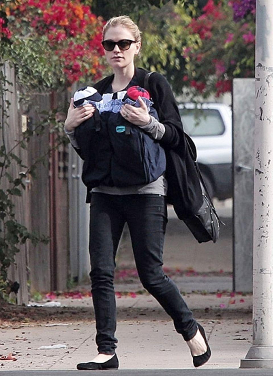 25. November 2012: Anna Paquin trägt ihre Zwillinge in Los Angeles spazieren.