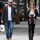 23. Oktober 2012: Lily Aldridge und Caleb Followill schlendern mit ihrer süßen Tochter Dixie Pearl durch New York.