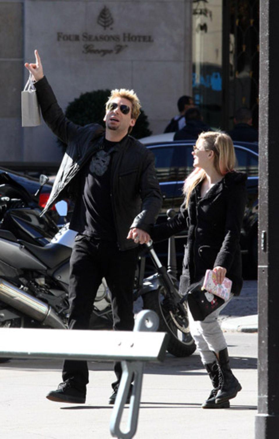 """30. September 2012: """"Nickelback""""-Sänger Chad Kroeger und Avril Lavigne schlendern durch Paris."""