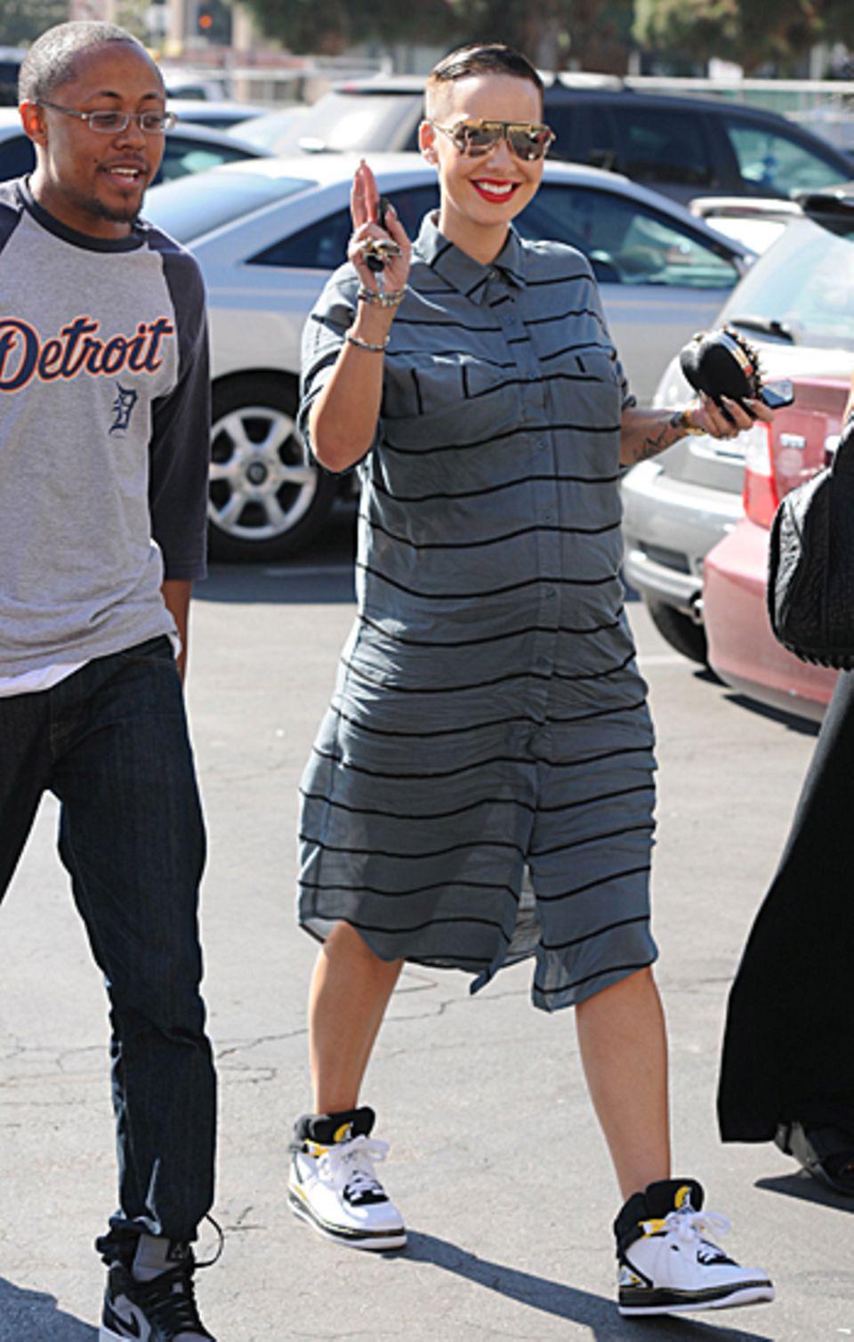 6. November 2012: Freundlich grüßt Amber Rose die Paparazzi, die in Los Angeles auf die warten, während sie gerade mit Freunden