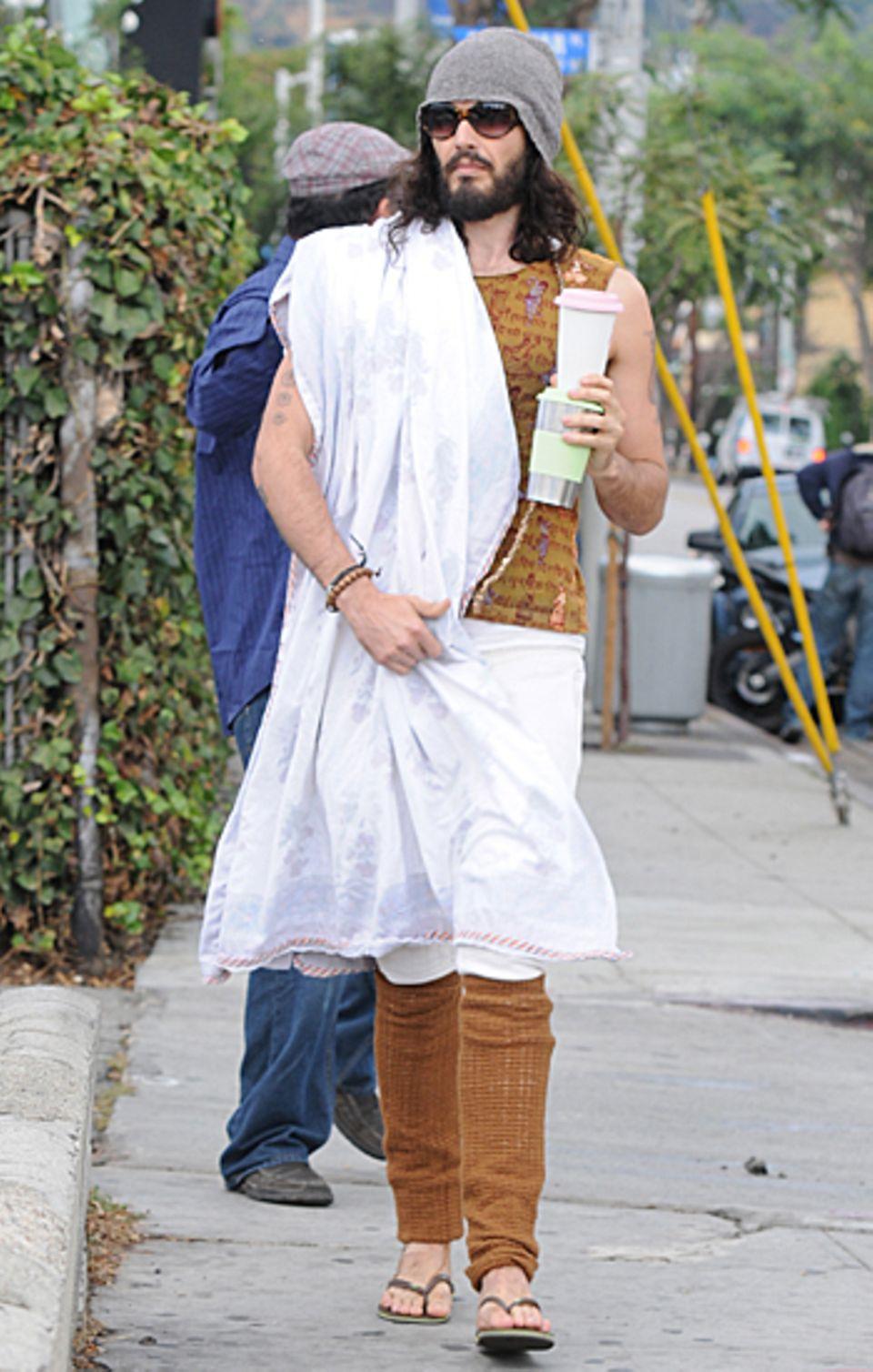 23. Oktober 2012: Russell Brand wie man ihn kennt - auf dem Weg zur Yogastunde in Los Angeles.