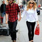 8. Oktober 2012: Tom Sturridge und Sienna Miller sind in New York unterwegs, Töchterchen Marlowe ist leider nicht dabei.